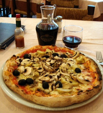 My first (ever) BIG Italian pizza in Milan